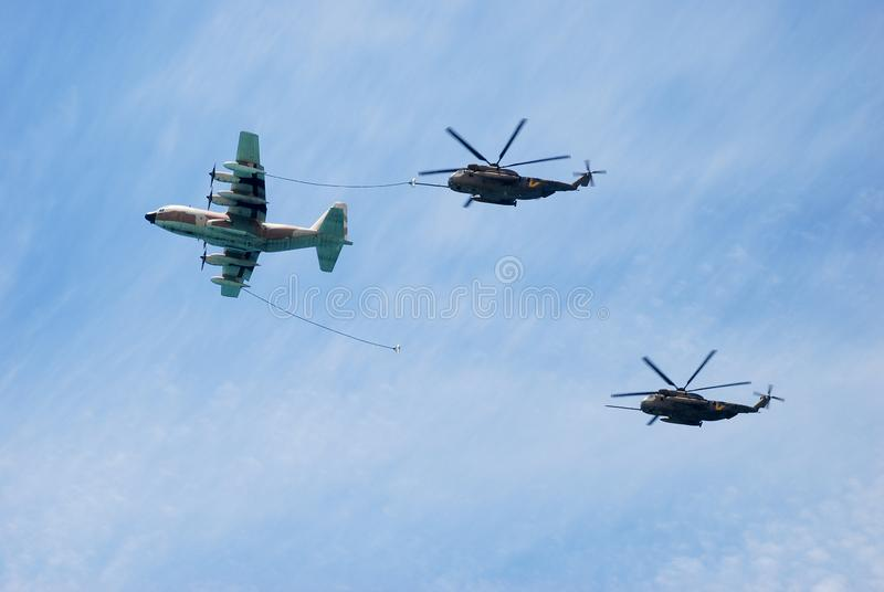 空中加油乘军用直升机 图库摄影