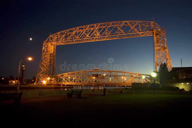 空中升降吊桥被点燃在夜间 免版税库存图片