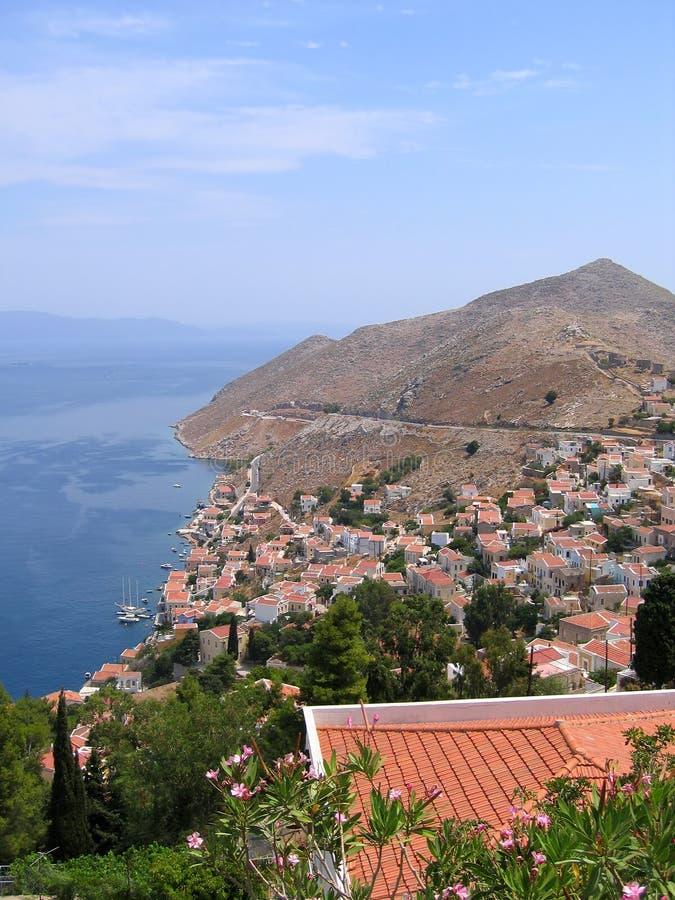 空中城市希腊山海运视图 免版税图库摄影