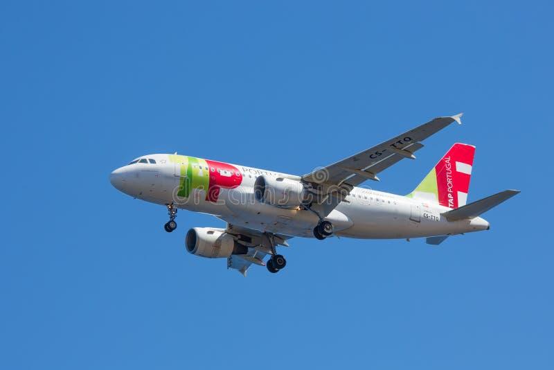 空中客车在马德拉岛,葡萄牙接近丰沙尔机场 免版税库存照片