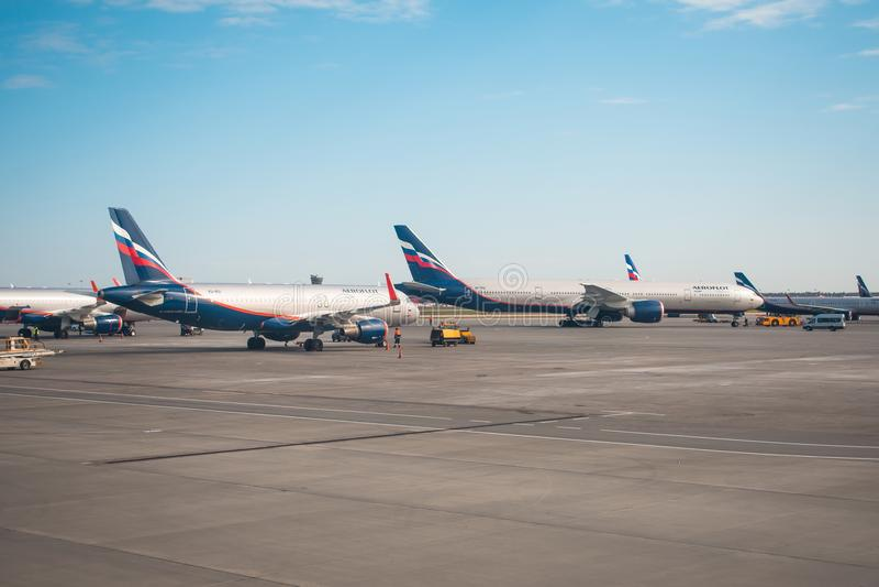 空中客车a-320和波音777-300苏航俄国人航空公司 俄罗斯,机场谢列梅 2018年4月20日 免版税库存照片