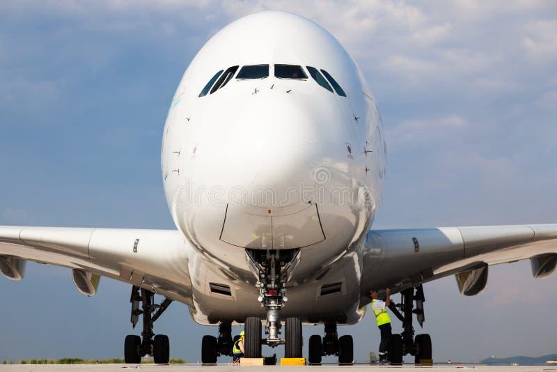 空中客车A380波音747飞机由地勤人员人的起飞准备在柏林机场-低前面鼻子视图 图库摄影