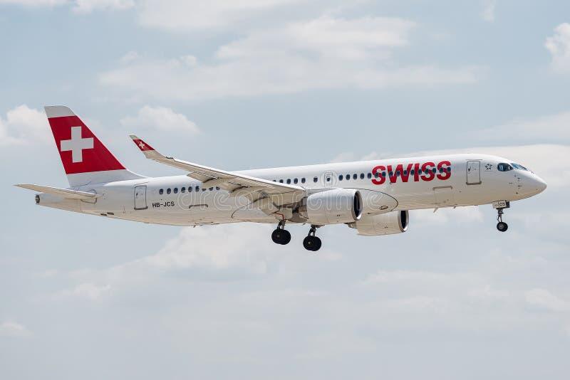 空中客车A220-300由着陆的瑞士人经营 库存照片