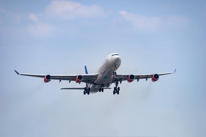 空中客车A340-300起飞 免版税库存照片