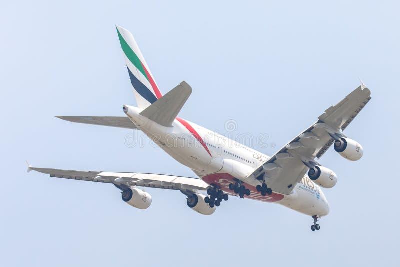 空中客车A380酋长管辖区航空公司或空中航线飞机或飞机在天空着陆对Suvanabhumi机场 图库摄影