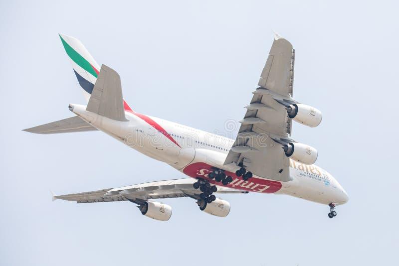 空中客车A380酋长管辖区航空公司或空中航线飞机或飞机在天空着陆对Suvanabhumi机场 免版税库存照片