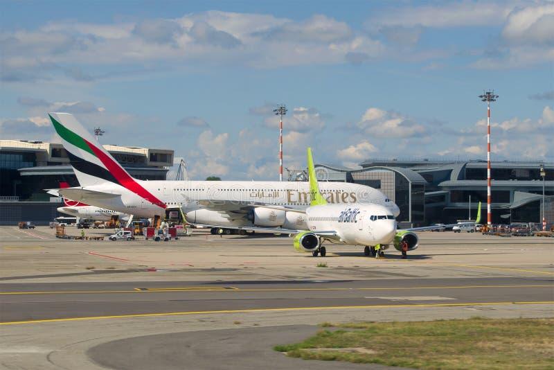 空中客车A380-861阿联酋国际航空和波音737-800 airBaltic在马尔彭萨机场 库存图片