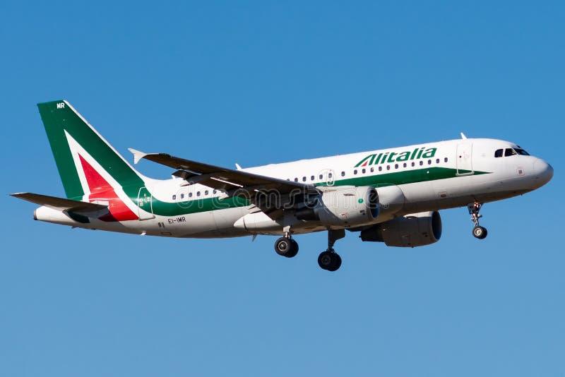 空中客车A319-111 - 4875,运行由意大利航空着陆 免版税库存照片