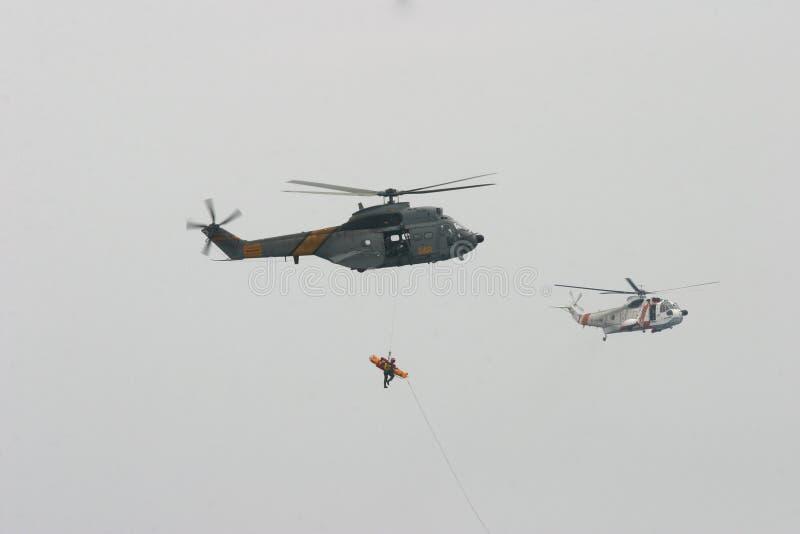 空中客车Superpuma和美国西科斯基直升飞机营救操纵飞行中 库存照片