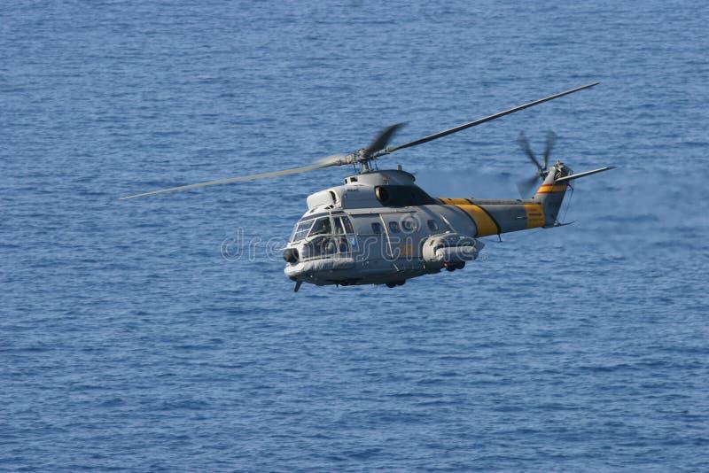 空中客车Superpuma直升飞机营救操纵飞行中结束地中海 库存图片
