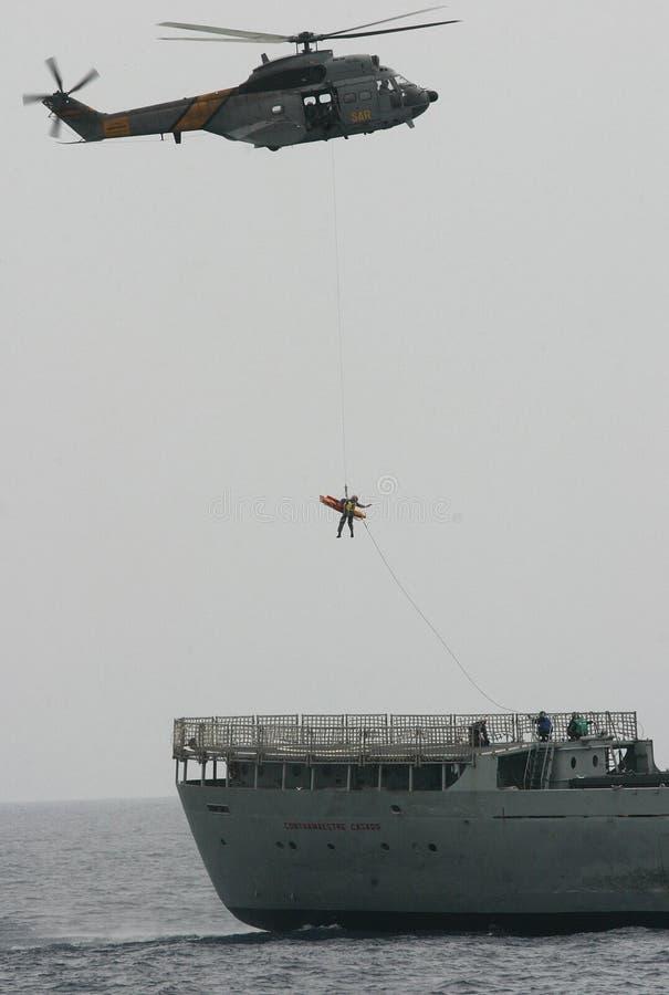 空中客车Superpuma直升飞机营救操纵飞行中结束地中海 免版税库存图片
