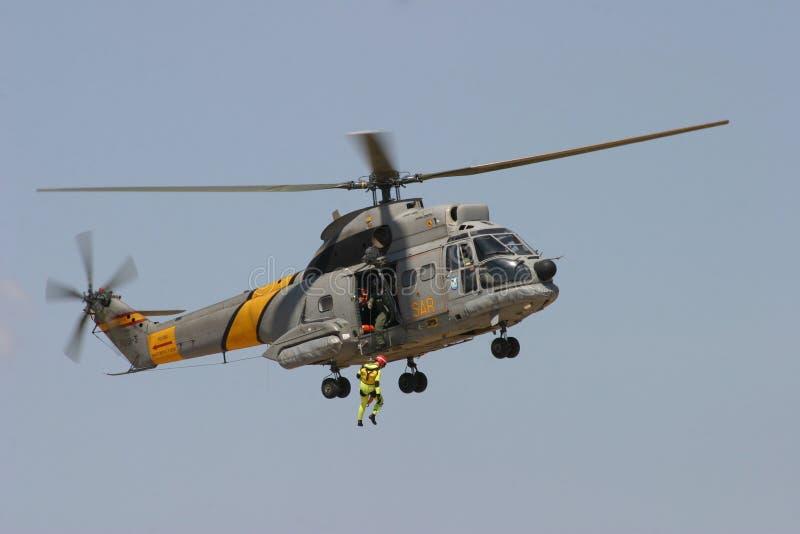 空中客车Superpuma直升飞机营救操纵飞行中 免版税库存照片