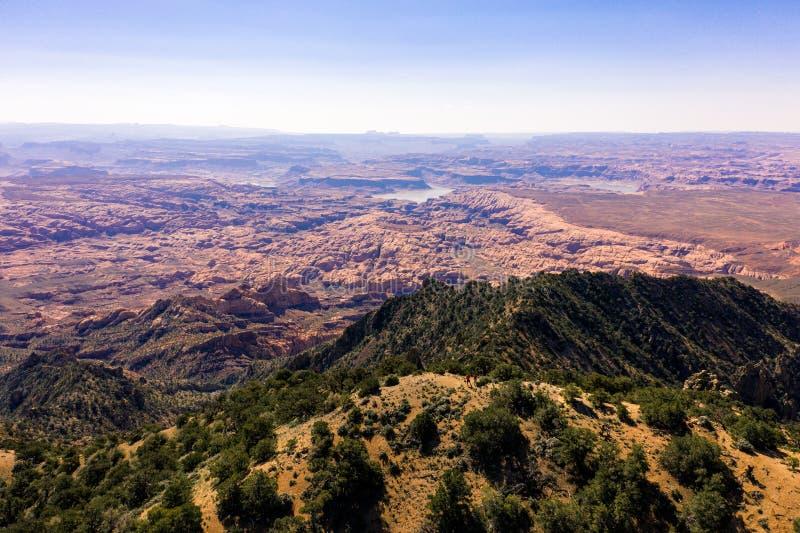 空中寄生虫照片-美丽的亨利山在犹他沙漠 距离的湖鲍威尔 库存照片