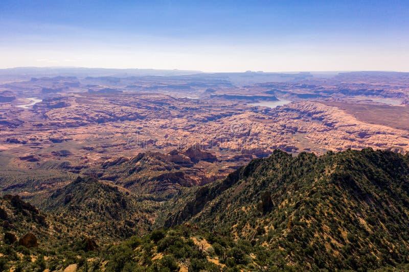 空中寄生虫照片-美丽的亨利山在犹他沙漠 距离的湖鲍威尔 库存图片