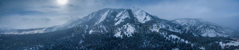 空中寄生虫照片-美丽的积雪的Flatirons山在冬天 冰砾科罗拉多 免版税库存照片