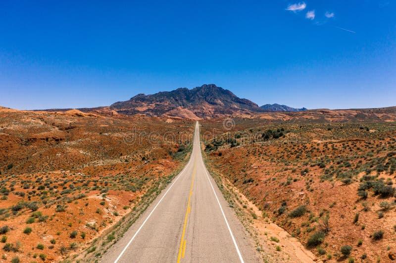 空中寄生虫照片-高速公路带领入亨利山在犹他沙漠 免版税库存图片