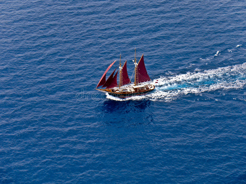 空中小船红色航行风帆 免版税库存图片