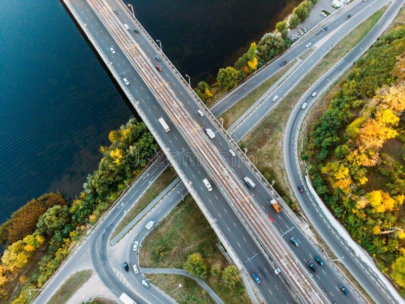 空中或顶视图从寄生虫到公路交叉点、高速公路和桥梁和汽车通行在大城市,都市运输概念 库存照片