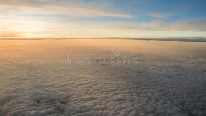 空中旅行 在黄昏或黎明的飞行 飞行通过橙色云彩和太阳 库存图片