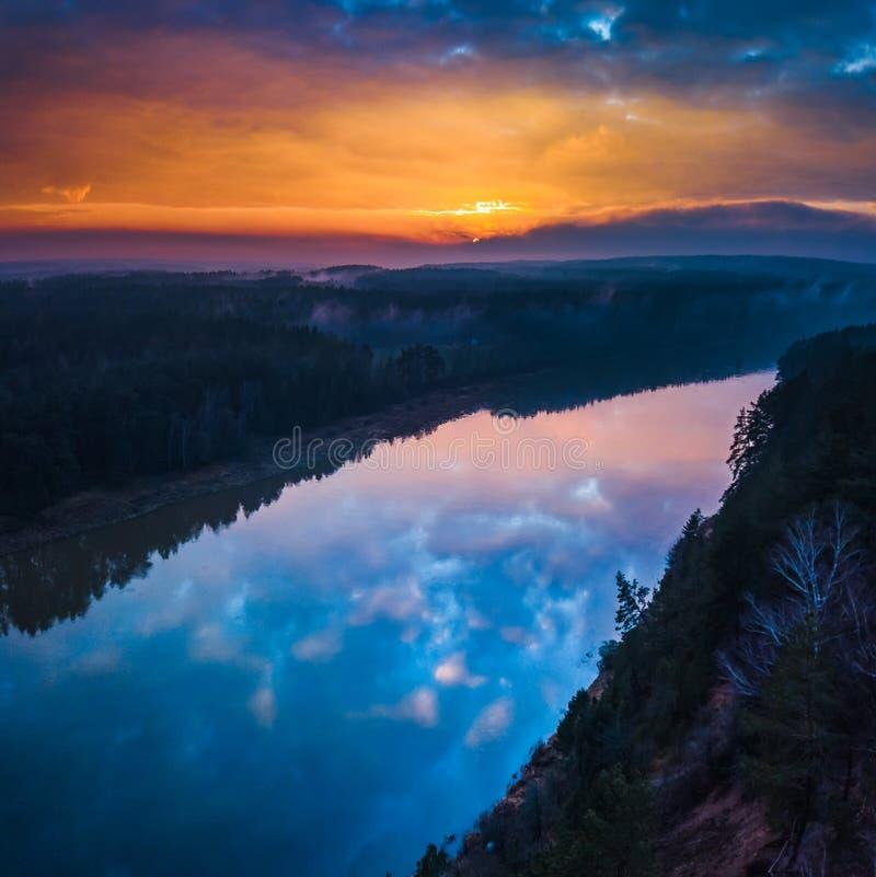 空中日出或日落与雾和河 库存图片