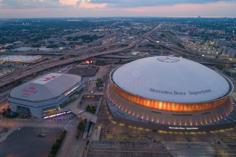 空中暮色图象奔驰车Superdome街市新奥尔良路易斯安那美国 免版税库存图片