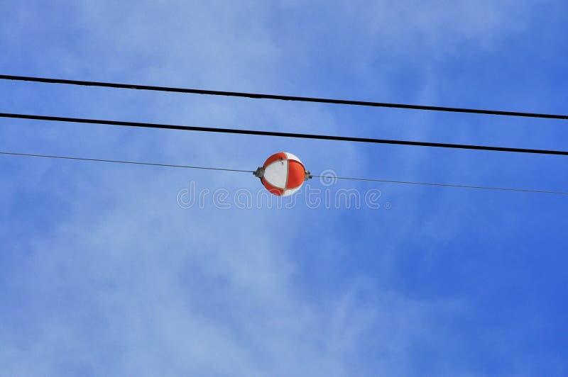 空中标志球输电线 免版税库存照片