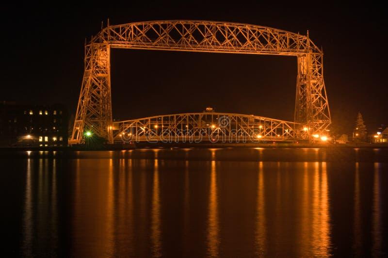 空中桥梁夜间的德卢斯 库存图片