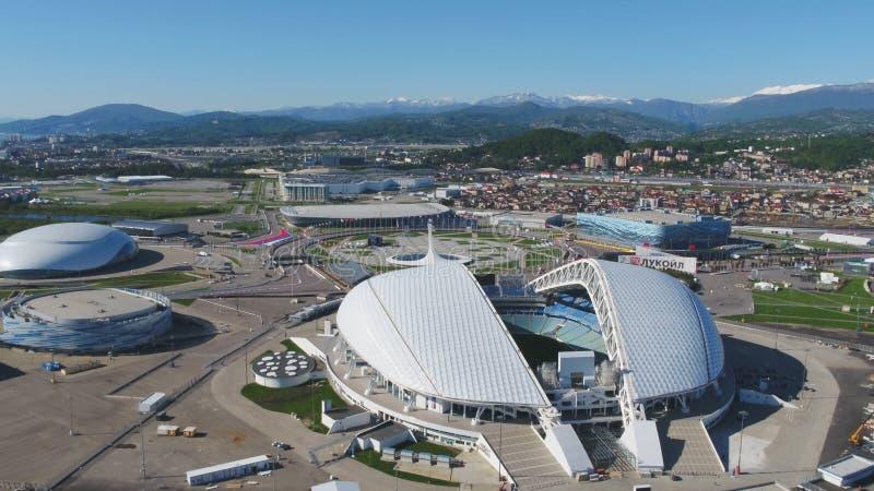 空中橄榄球场Fischt 索契、爱德乐、俄罗斯,为冬奥会建造的奥林匹克火炬和Fisht体育场 库存图片