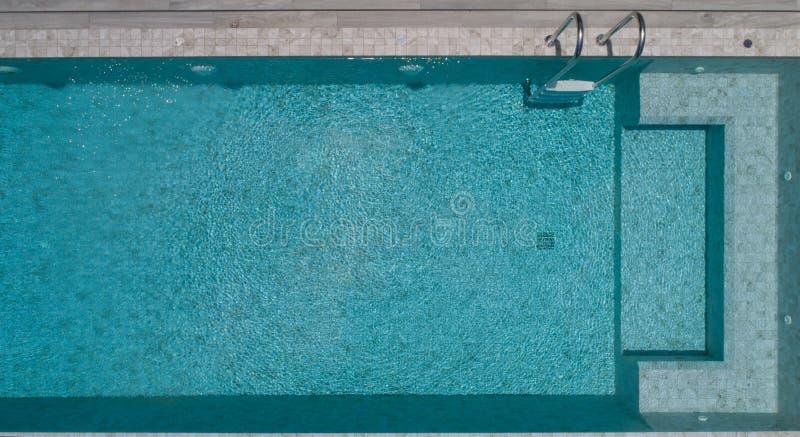 空中池游泳视图 免版税库存图片