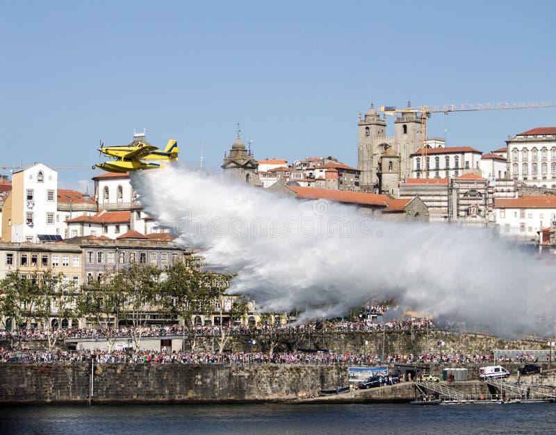 空中消防队员投下在杜罗河河的水 免版税库存图片