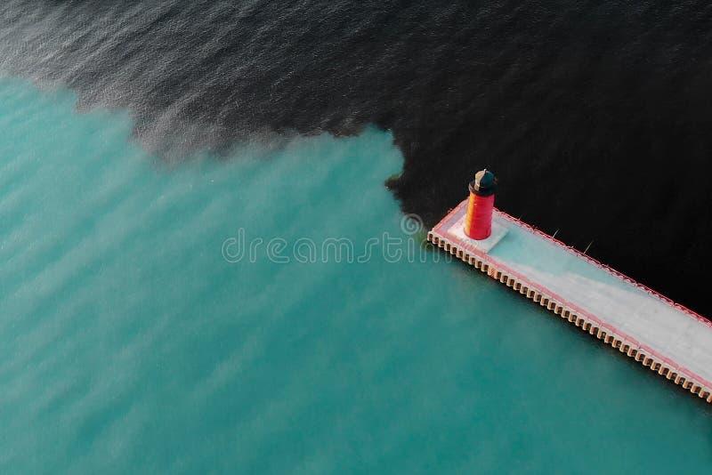 空中灯塔视图 工业水污染 码头Hea 库存图片
