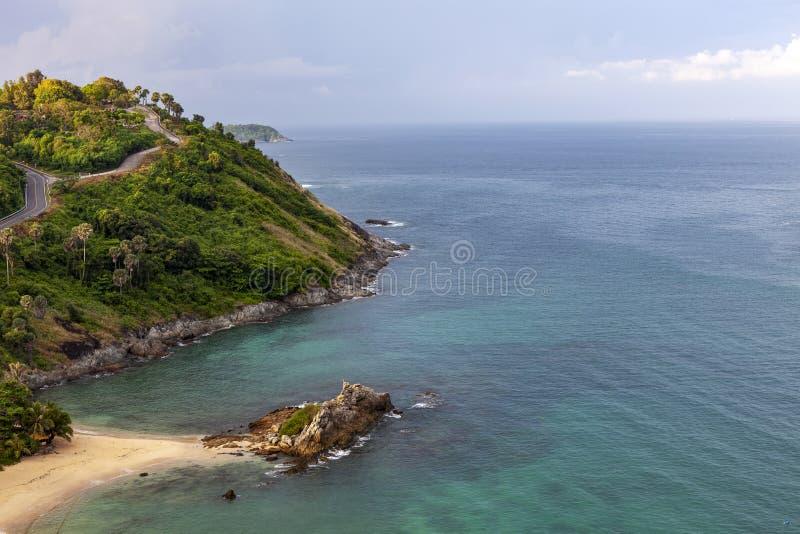 空中热带海寄生虫概略的视图照片有美丽的海岛的 免版税库存图片