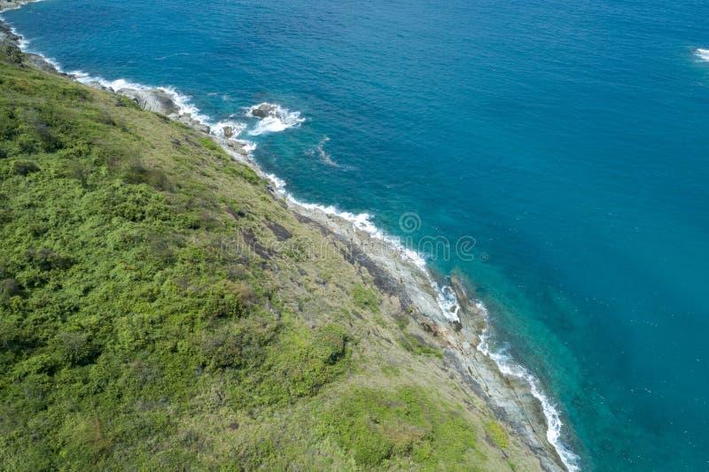 空中热带海寄生虫概略的视图照片有美丽的海岛的 免版税库存照片