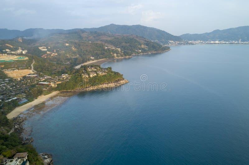 空中现代别墅寄生虫概略的视图照片在山海滨胜地的 免版税库存照片
