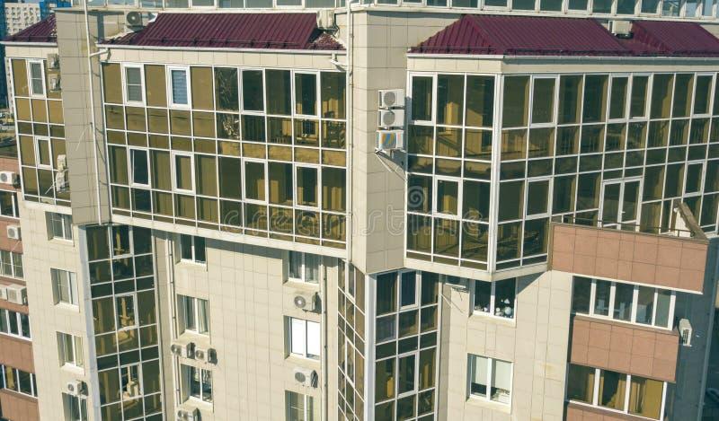空中玻璃阳台在摩天大楼,豪华公寓f的关闭 免版税图库摄影