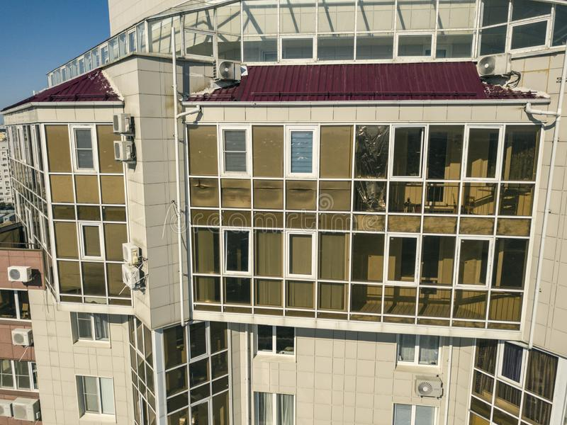 空中玻璃阳台在摩天大楼,豪华公寓f的关闭 库存照片