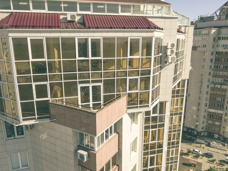 空中玻璃阳台在摩天大楼,豪华公寓f的关闭 免版税库存照片