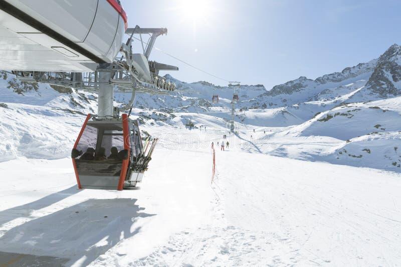 空中览绳推力缆车,在冬天多雪的mountai的长平底船客舱 图库摄影