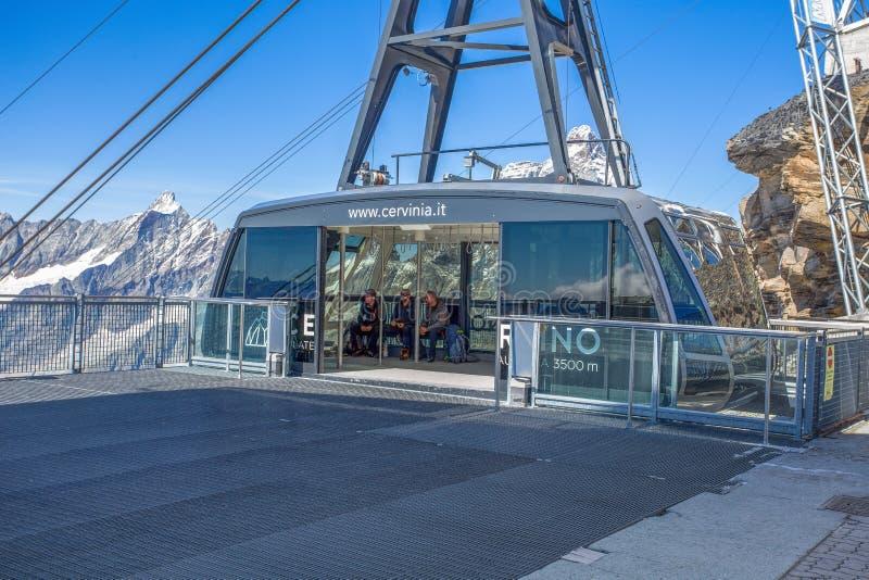 空中览绳连接Cime Biache拉吉到高原到达3500米的罗莎 Cervino在背景的登上小组,意大利 库存照片