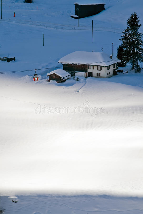 空中览绳和旅馆鸟瞰图瑞士滑雪胜地的  库存图片