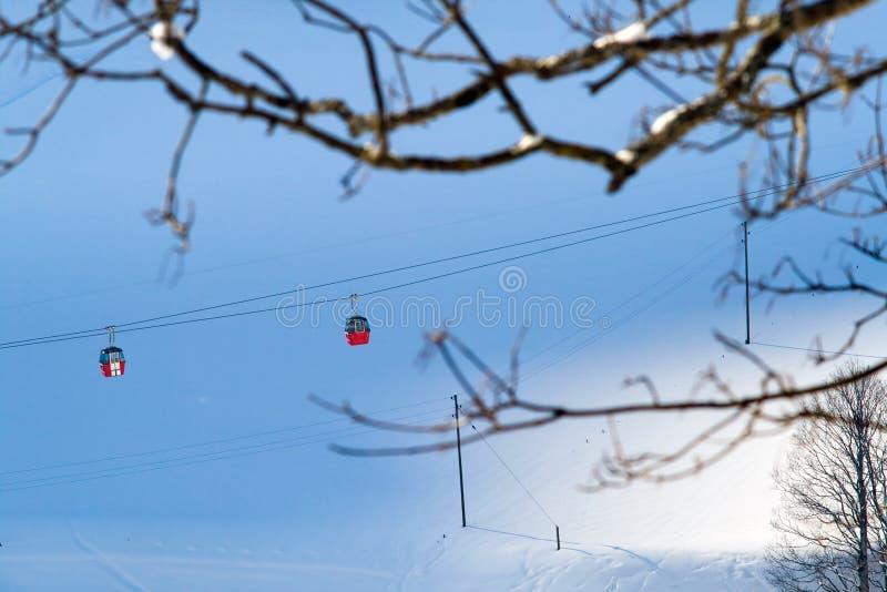 空中览绳鸟瞰图在瑞士格林德瓦滑雪胜地的  库存照片