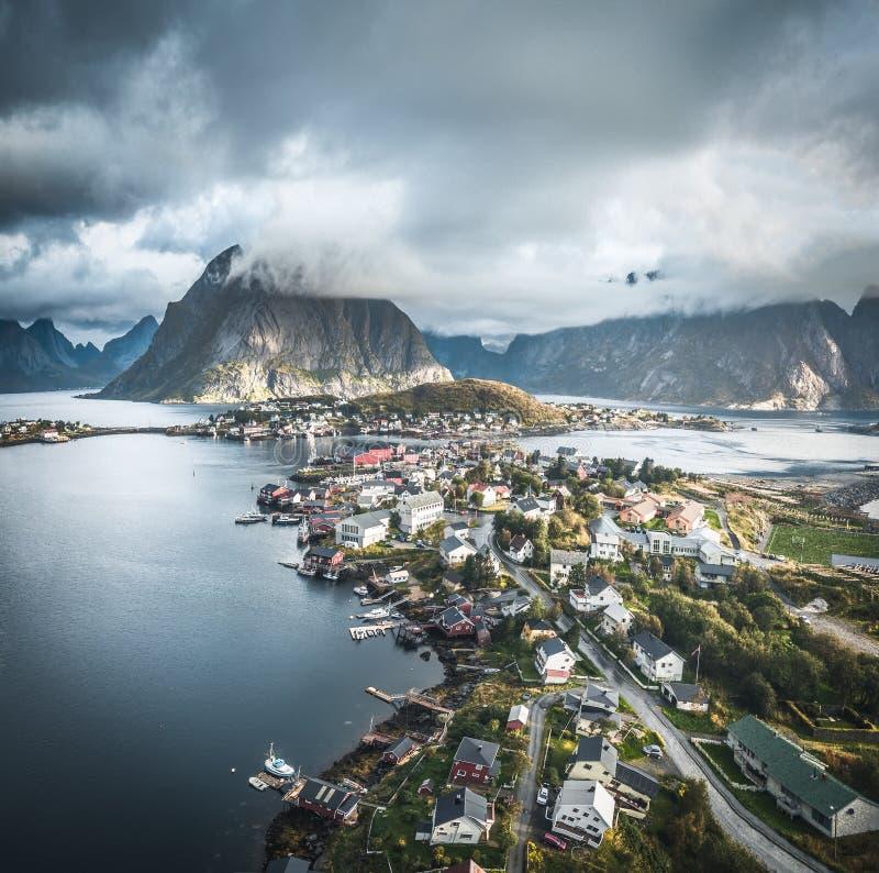 空中雷讷传统渔村寄生虫全景在罗弗敦群岛群岛在有蓝色的挪威北部 免版税库存照片