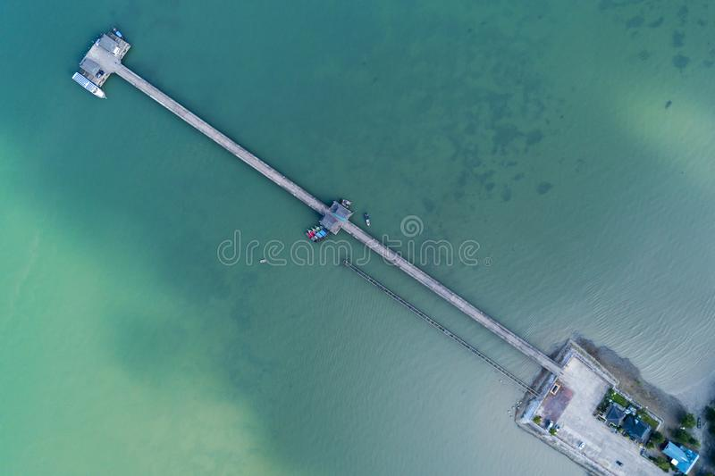 空中顶视图寄生虫被射击有长尾巴小船渔夫的桥梁夏季的 库存图片