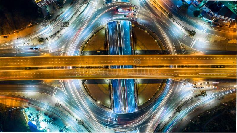 空中顶视图路环形交通枢纽交叉点在附近的城市 免版税库存图片
