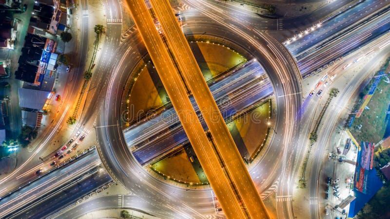 空中顶视图路环形交通枢纽交叉点在附近的城市 免版税库存照片