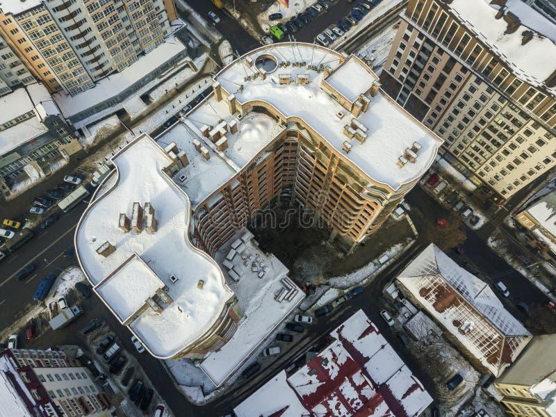 空中黑白现代城市冬天全景顶视图有高公寓住宅区大厦多雪的屋顶的,停放和 免版税库存照片