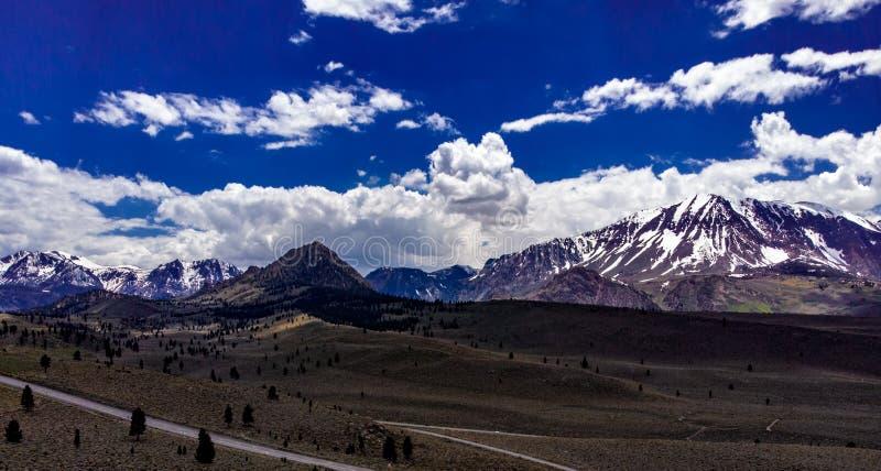 空中,白色云彩寄生虫视图在雪的加盖了内华达山东部山 免版税库存照片