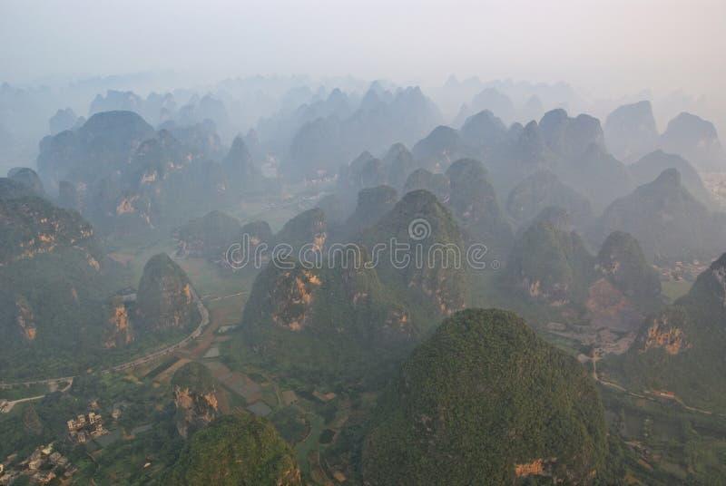 空中guangxi石灰岩地区常见的地形有薄雾 库存照片