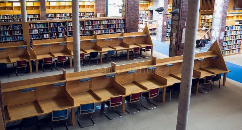 空位和书架在大学图书馆 免版税图库摄影