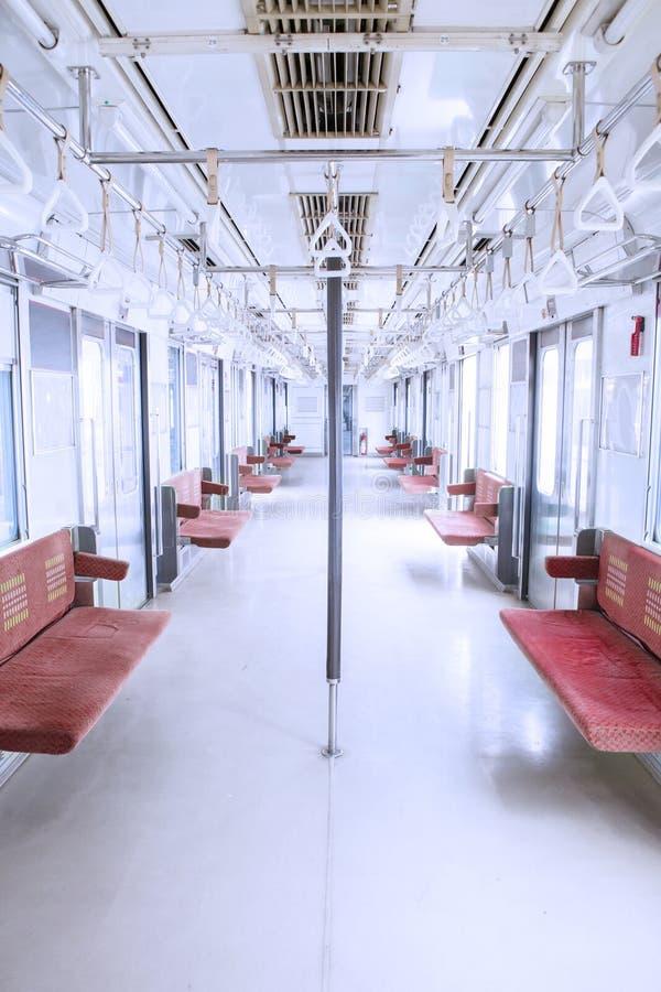 空位和扶手栏杆在市郊火车里面 免版税库存图片